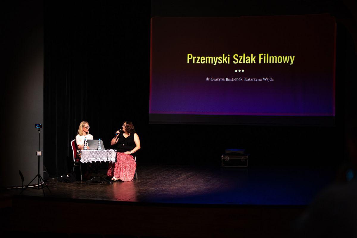 Grażyna Bochenek i Katarzyna Wajda w czasie prelekcji. Fot. Michał Woźny.